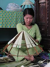 How to weave Vietnamese leaf hat nón lá, a conical straw hat typical of Huế.