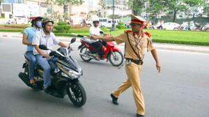 phat lay xe khong chinh chu - Vietnam police fine motorbike rider riding someone's bike car