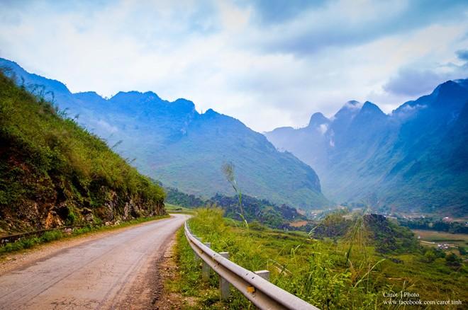 Nổi tiếng là vùng đầm phá nước lợ lớn nhất Đông Nam Á, cách thành phố Huế khoảng 12 km, phá Tam Giang mang trong mình vẻ đẹp hoang sơ, vắng lặng khiến bất kỳ ai đến đây cũng đều thán phục, trầm trồ và òa lên sung sướng